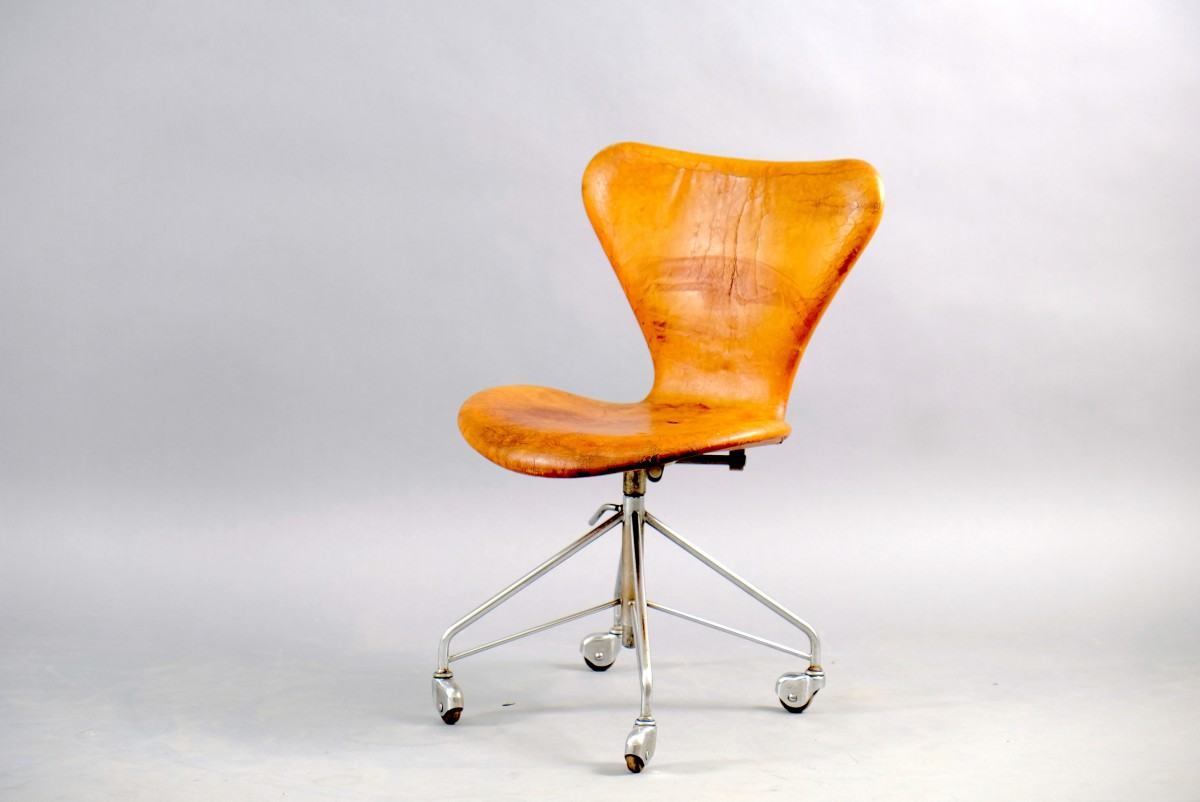 Vintage cognac Leather Office Chair by Arne Jacobsen for Fritz Hansen