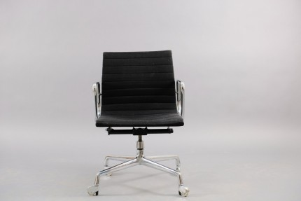 Mid-Century Model EA 117 Swivel Chair by Charles & Ray Eames for Herman Miller